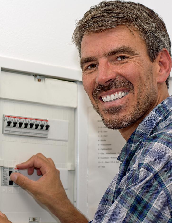 Elektriker arbeitet am Sicherungskasten